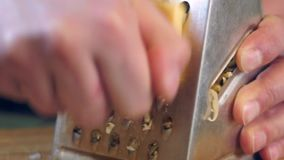 Kaas op een ruwe rasp stock footage