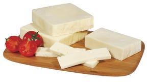 Kaas op houten die raad op wit wordt geïsoleerd Stock Foto