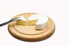 Kaas op houten plaat Stock Afbeeldingen