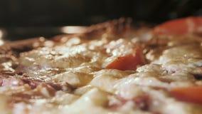 Kaas op pizzasmeltingen van ovenhitte stock videobeelden