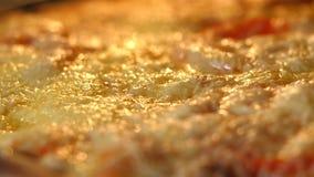 Kaas op pizzasmeltingen van ovenhitte Bakkend, Ongezond fast-food productenconcept Voedsel slecht voor cijfer, huid, hart en stock footage