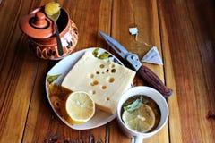 Kaas, thee, citroen en honing Stock Fotografie