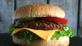 Kaas van de de komkommertomaat van de rundvleeshamburger de grill ingelegde stock footage