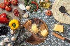 Kaas, verschillende groenten op metaallijst Ingrediënten voor traditionele Italiaanse pizza Royalty-vrije Stock Afbeeldingen
