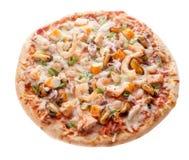 Kaasachtige die Zeevruchtenpizza op Witte Achtergrond wordt geïsoleerd Royalty-vrije Stock Foto's