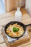 Kaasachtige gebakken macaroni stock foto