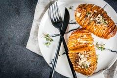 Kaasachtige Hasselback-Aardappel met Verse Kruiden stock afbeeldingen