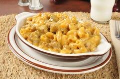 Kaasachtige macaroni en rundvleesbraadpan stock afbeelding