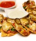 Kaasachtige nachos met gesneden groente Stock Foto