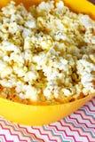 Kaasachtige popcorn Stock Foto