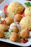 Kaasballen en aardappelpuree stock afbeeldingen