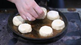 Kaascakes in een pan worden gebraden die stock footage