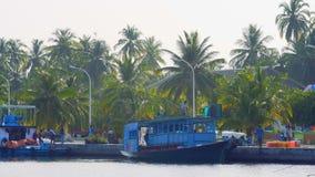 KAASHIDOO, republika MALDIVES, 04 02 2018: Rozładunkowi materiały budowlani Obrazy Stock