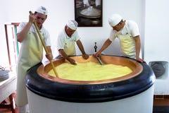 Kaasmakers op het werk royalty-vrije stock fotografie