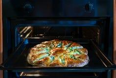 Kaaspastei in de oven Cake in fornuisclose-up op een donkere achtergrond royalty-vrije stock fotografie