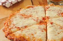 Kaaspizza met bier royalty-vrije stock afbeelding