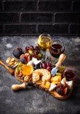 Kaasplaat met druiven en wijn stock afbeelding