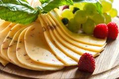 Kaasplaat met vruchten wordt verfraaid die Royalty-vrije Stock Foto's