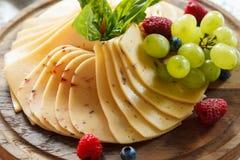 Kaasplaat met vruchten wordt verfraaid die Royalty-vrije Stock Foto