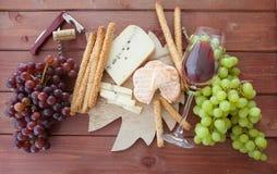 Kaasschotel en verse druiven Stock Fotografie