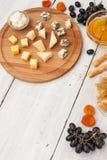 Kaasschotel met verschillende vruchten en honingsverticaal Royalty-vrije Stock Foto's