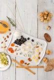 Kaasschotel met verschillende vruchten, noten en honings hoogste mening Royalty-vrije Stock Afbeelding