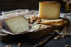 Kaasschotel van gehakte Spaanse harde kaasmanchego en gesneden Italiaanse pecorinotoscano Stock Foto