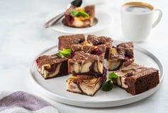 Kaastaart brownies met framboos op een witte plaat wordt gestapeld die royalty-vrije stock foto