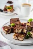 Kaastaart brownies met framboos op een witte plaat wordt gestapeld die stock foto's