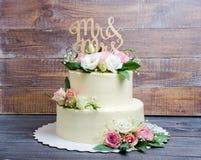 Kaastaart de met twee lagen van de huwelijksroom met rozen en eustoma Royalty-vrije Stock Afbeelding