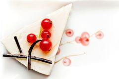 Kaastaart, die met rode aalbessen wordt verfraaid Stock Foto