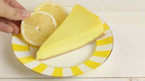 kaastaart met citroen op plaat stock video