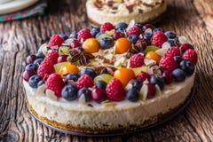 Kaastaart met de aardbeienframbozen van vers fruitbessen en royalty-vrije stock afbeelding