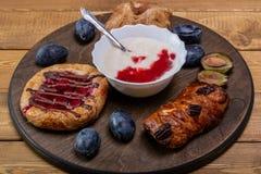Kaastaart met jam, eigengemaakte yoghurt en een glas melk en een paar slokjes royalty-vrije stock foto's