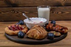 Kaastaart met jam, eigengemaakte yoghurt en een glas melk en een paar slokjes royalty-vrije stock foto