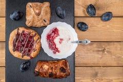 Kaastaart met jam, eigengemaakte yoghurt en een glas melk en een paar slokjes royalty-vrije stock afbeeldingen