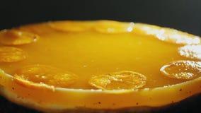 Kaastaart met mandarin gelei op een plaat stock videobeelden