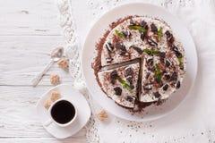 Kaastaart met stukken van chocoladekoekjes en koffieclose-up Stock Foto