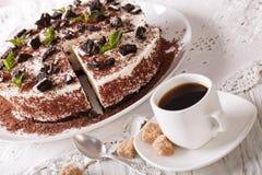 Kaastaart met stukken van van de chocoladekoekjes en koffie close-up Royalty-vrije Stock Foto