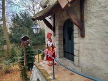 Kaatsheuvel/die Niederlande - 29. März 2018: Wenig rote Haube nahe der Tür eines Hauses im Freizeitpark Efteling stockfotos