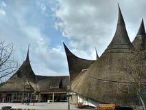 Kaatsheuvel/los Países Bajos - 29 de marzo de 2018: Edificio de la entrada del parque temático Efteling Conos del tejado fotos de archivo libres de regalías
