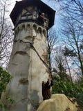 Kaatsheuvel/Nederländerna - mars 29 2018: Den gamla häxan klättrar upp tornet i nöjesfältet Efteling arkivfoto