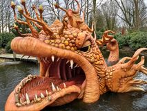 Kaatsheuvel/Nederland - 29 Maart 2018: Themapark Efteling De grote oranje vis van fairytale Pinocchio opent zijn ogen stock fotografie
