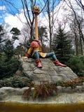 Kaatsheuvel/Países Baixos - 29 de março de 2018: Empregado necked longo dos empregados do conto de fadas seis Parque temático Eft imagens de stock