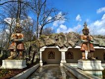 Kaatsheuvel/Países Baixos - 29 de março de 2018: Entrada sob a caverna ao quadrado indiano do templo no parque temático Efteling fotografia de stock royalty free