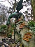 Kaatsheuvel/Países Baixos - 29 de março de 2018: Um dragão que guarda as arcas do tesouro na parede no parque temático Efteling imagens de stock royalty free