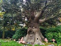 Kaatsheuvel/Países Baixos - 3 de novembro de 2016: Árvore faladora do conto de fadas no parque temático Efteling imagem de stock royalty free