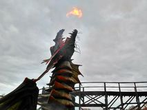 Kaatsheuvel/Países Baixos - 3 de novembro de 2016: dragão derespiração no parque temático Efteling fotos de stock royalty free