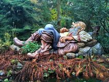 Kaatsheuvel/Países Baixos - 3 de novembro de 2016: Gigante de sono e ressonando no parque temático Efteling fotografia de stock