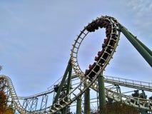 Kaatsheuvel/Países Baixos - 3 de novembro de 2016: Pitão da montanha russa da velocidade na ação no parque temático Efteling imagens de stock royalty free